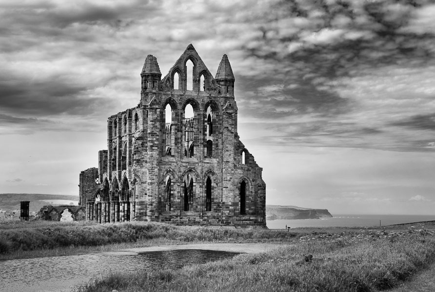 Whitby Abbey, Yorkshire : monochrom : TIMOTHY FLOYD PHOTOGRAPHER, NATURE PHOTOGRAPHY, PHOTO ESSAYS, PHOTOJOURNALISM