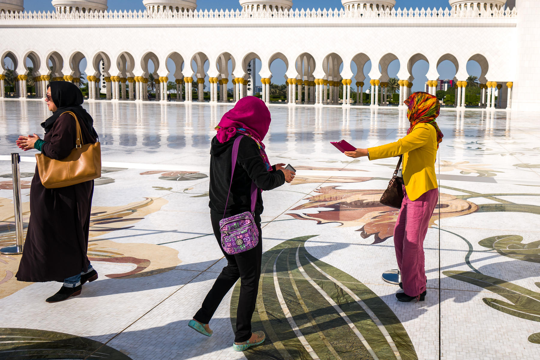 Three Women, Grand Mosque, Abu Dhabi : street & stories : TIMOTHY FLOYD PHOTOGRAPHER, NATURE PHOTOGRAPHY, PHOTO ESSAYS, PHOTOJOURNALISM