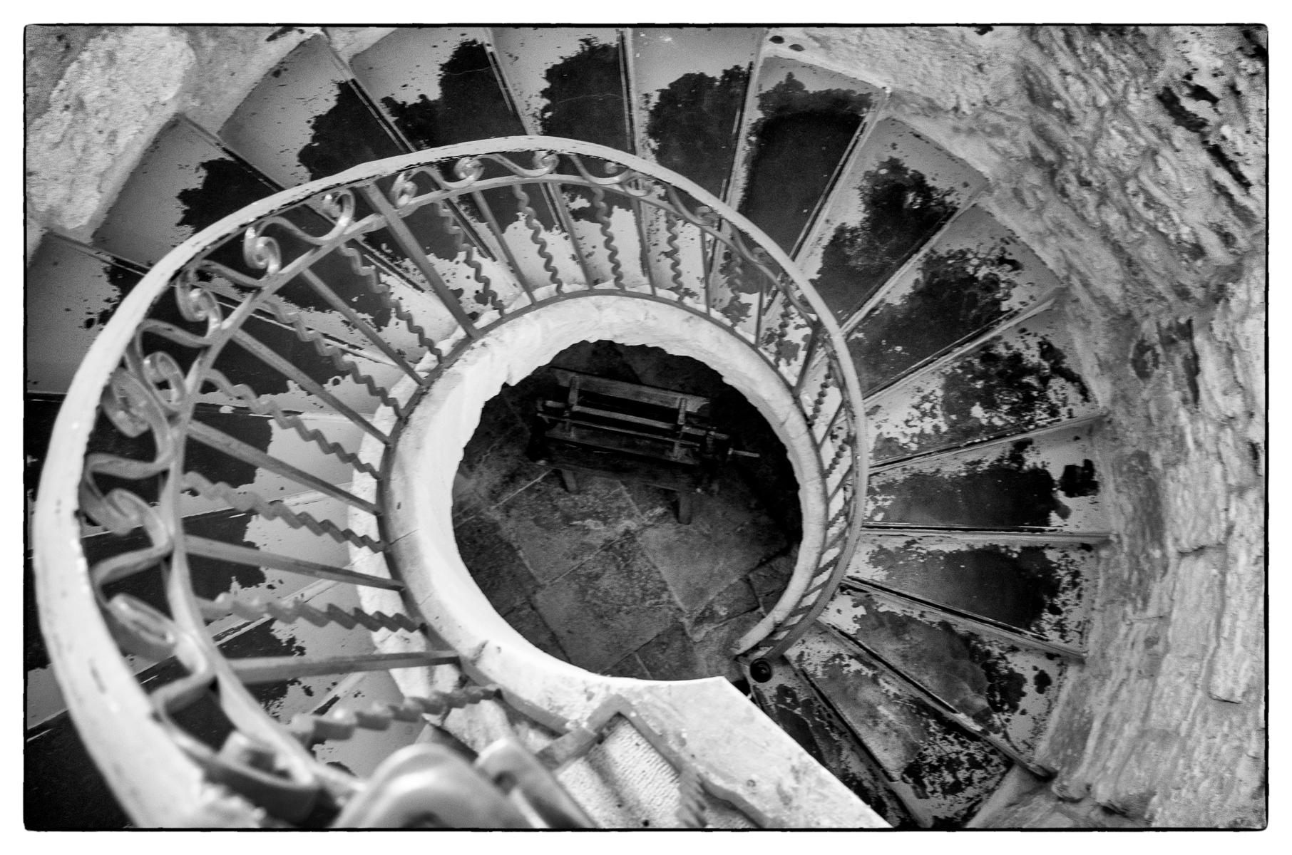 Stairwell, Provence : street & stories : TIMOTHY FLOYD PHOTOGRAPHER, NATURE PHOTOGRAPHY, PHOTO ESSAYS, PHOTOJOURNALISM