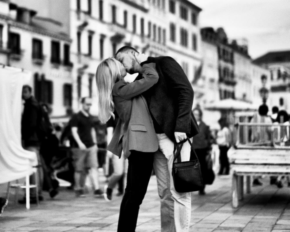 The Kiss, Riva Degli Schiavoni, Venice : street & stories : TIMOTHY FLOYD PHOTOGRAPHER, NATURE PHOTOGRAPHY, PHOTO ESSAYS, PHOTOJOURNALISM